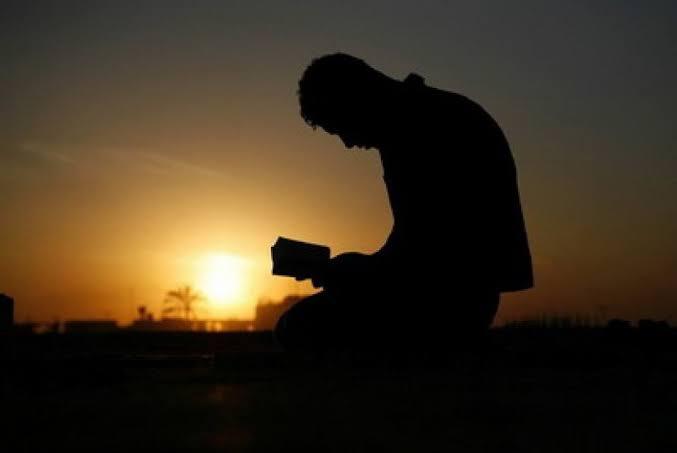 Berlagak Bak Anti Tuhan, Tapi Tetap Butuh Tuhan